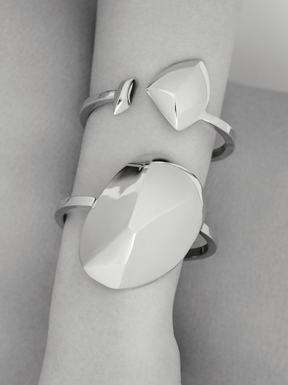 DANCING STONE CUFF NR 10 GOLDENSTONECOLLECTION SCULPTURAL JEWELLERY WITH SHINY SURFACES XENIABOUSDESIGN